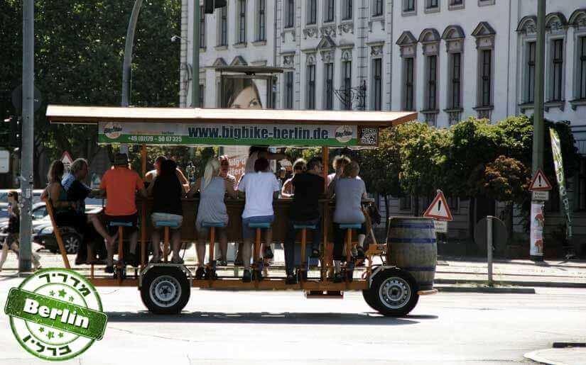 תמונה: פאב על גלגלים בברלין סמוך לאלכסנדרפלאץ